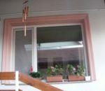 Eltérő színű keret az ablak körül